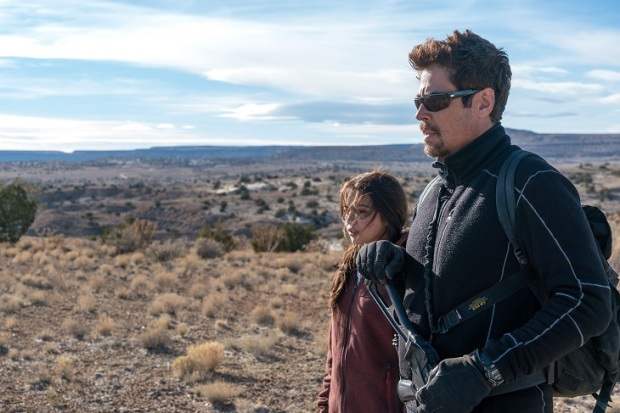 Benicio Del Toro and Isabela Moner